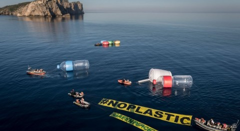 Objetos plásticos gigantes emergen Mediterráneo visibilizar problema residuos