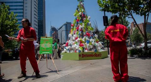 Greenpeace levanta árbol Navidad bolsas plástico Santiago Chile