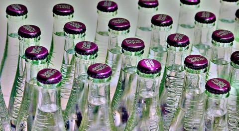 75% consumidores españoles prefiere beber agua envasada vidrio