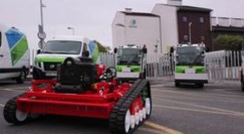 Gijón estrena robot siega taludes, tres baldeadoras aceras y tres furgones