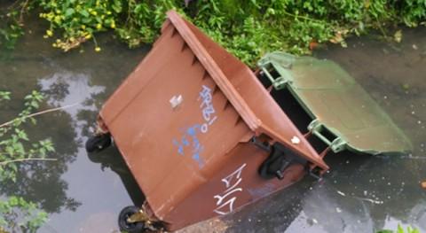 Ayuntamiento Lezo retira contenedor que ha aparecido río