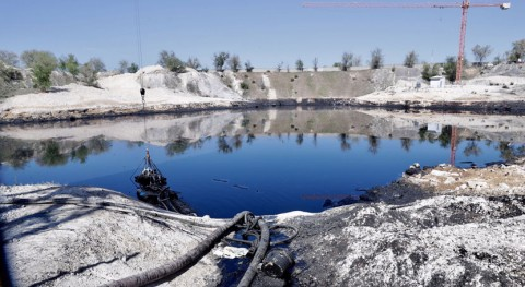 Madrid ya ha extraído 24.800 toneladas aceite laguna Arganda