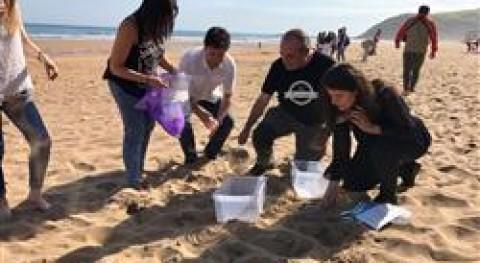 400 estudiantes recogen microplásticos playa Zarautz