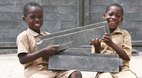 plástico reciclado construye miles aulas clase África