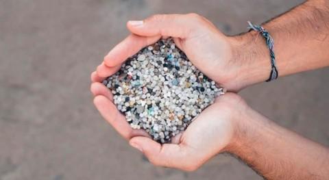 investigación explica dónde salen bolitas plástico que hay playas europeas
