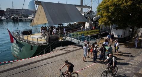 Rainbow Warrior Greenpeace pide Barcelona menos plásticos y más Mediterráneo