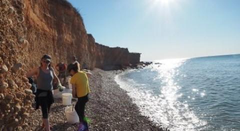 Ecologistas Acción retira más 400 kg residuos playa Surrach