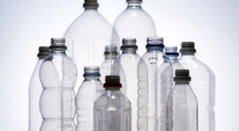 ciudad Massachussetts prohíbe vender agua embotellada reducir residuos