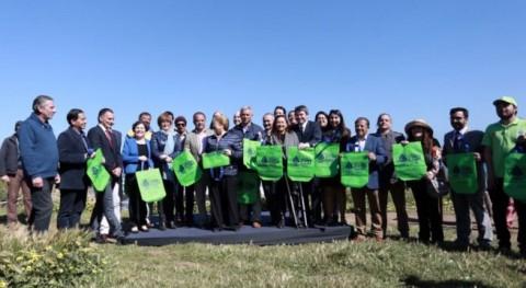 Bachelet firma Proyecto Ley que prohíbe bolsas plásticas municipios costeros Chile