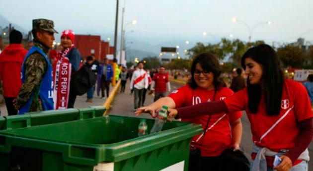 aficionados Perú y Bolivia, comprometidos limpieza durante partido fútbol