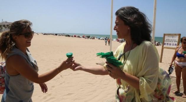 Reparto ceniceros y bolsas sostenibles playas Cádiz