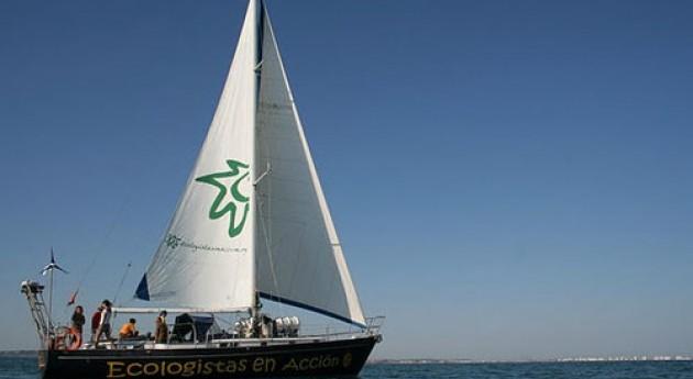 Azul oscuro, casi plástico: velero Diosa Maat limpia Mediterráneo