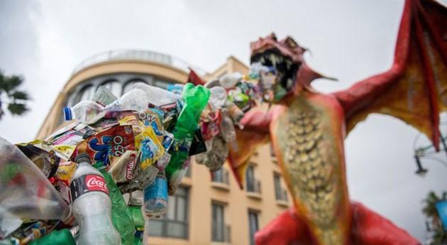 'dragón' Greenpeace escupe plástico frente cumbre océanos Malta