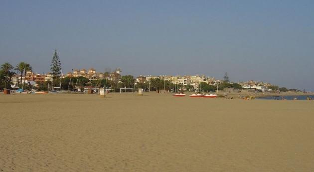 playa Isla Canela, llena residuos construcción