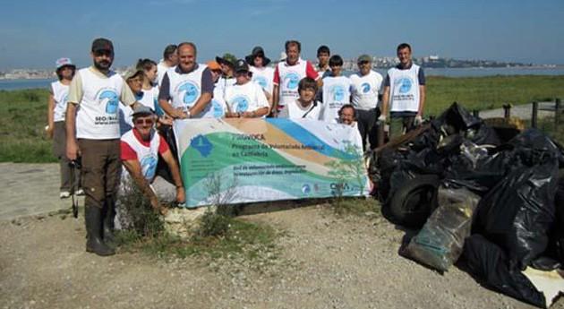 "Voluntarios limpian playas españolas "" vista pájaro"""