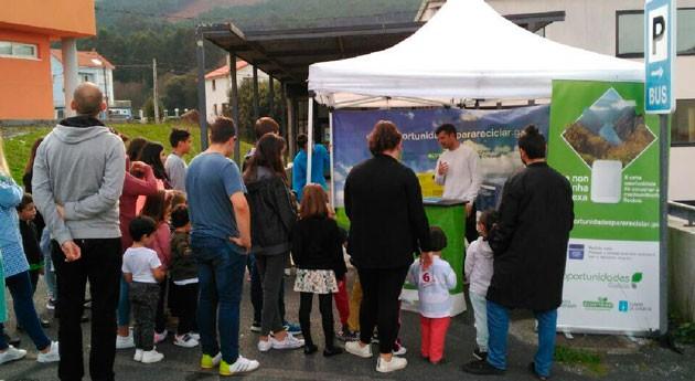 """vecinos Pontedeva y Beade aprenden reciclaje carpa """"Oportunidades Galicia"""""""