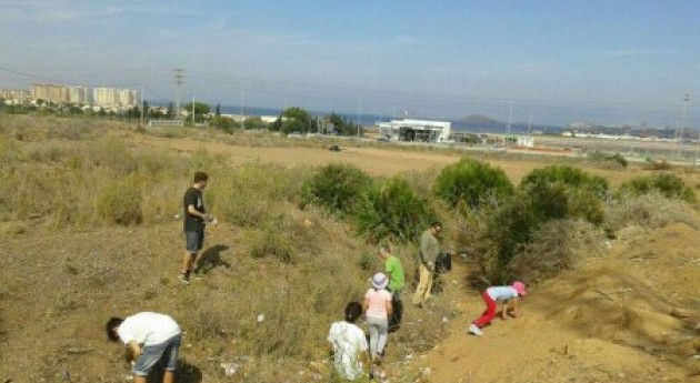 Voluntarios retiran residuos alrededores discoteca Trips, cerca Calblanque