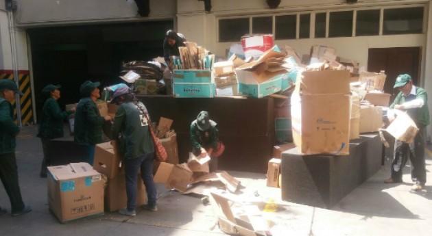 recicladores damnificados Lurigancho–Chosica, Perú, reciben materiales reciclables