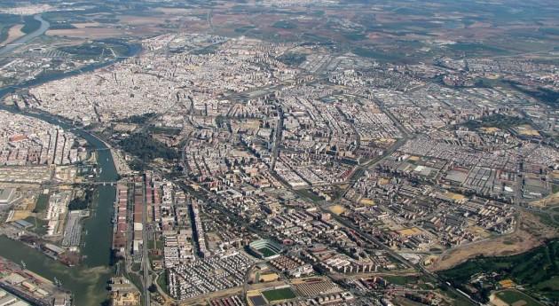 Sevilla adquiere 12 camiones recogida residuos, barredoras, contenedores y papeleras