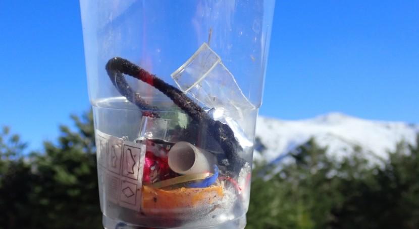 ¿Cómo acaban nuestras montañas plagadas microplásticos y residuos?
