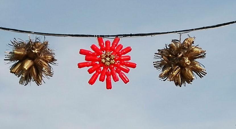 Entrín decora calles adornos navideños hechos material reciclado