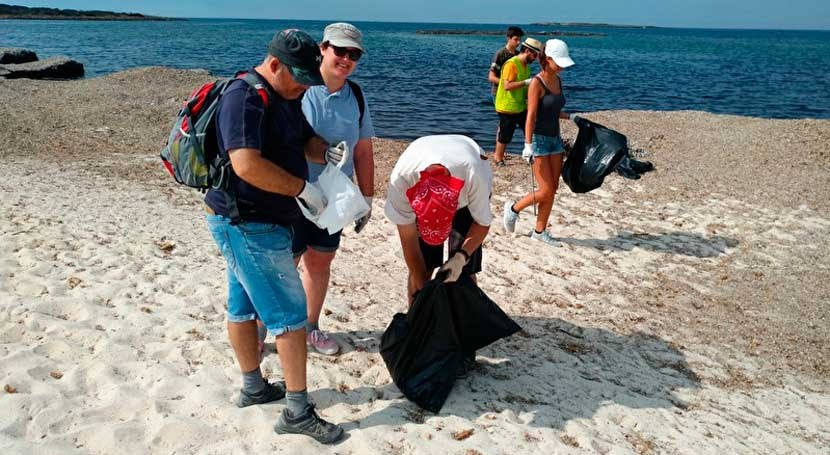 Amics Terra participa limpieza playa es Carbó y pide civismo usuarios