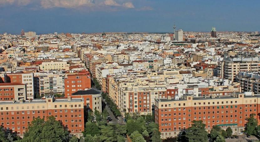 Varios distritos madrileños estrenan recogida basura mediante carga lateral
