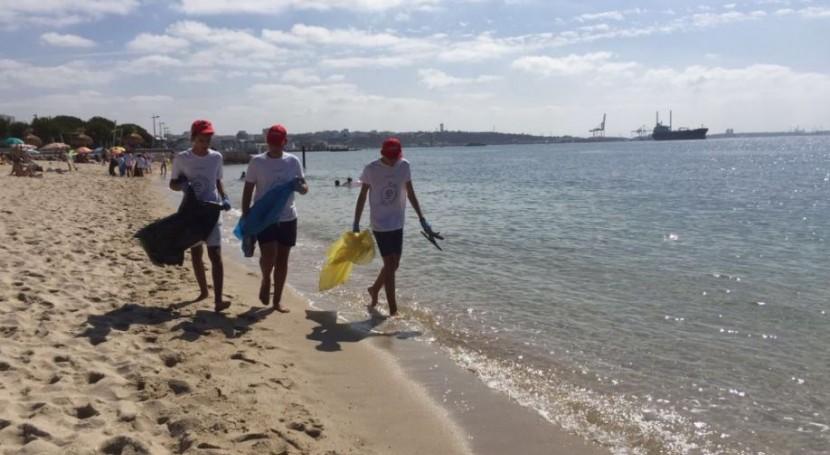 Ecomar y Coca-Cola realizan limpieza costas Praia da Saude, Portugal