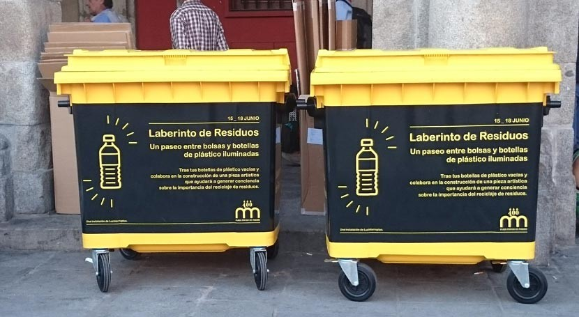 """Laberinto residuos"" invade Plaza Mayor Madrid"