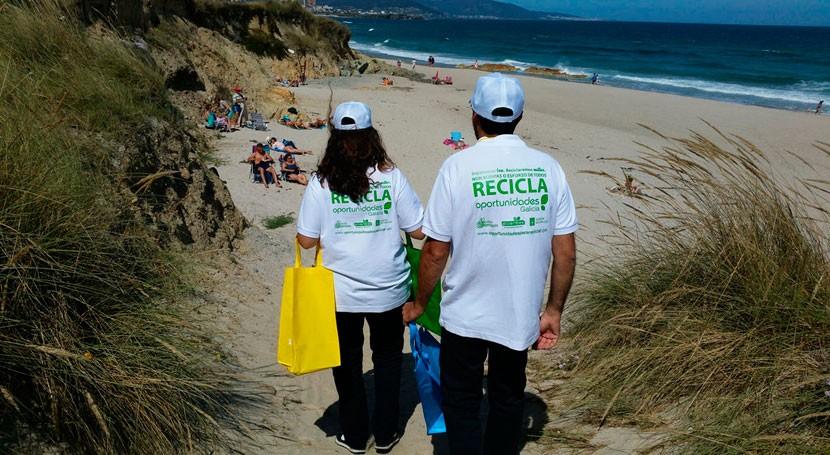 bañistas playas Ferrol también reciclan
