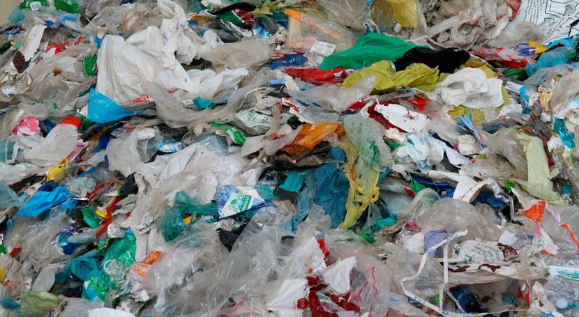 cabecera río Genilla, llena restos residuos plásticos