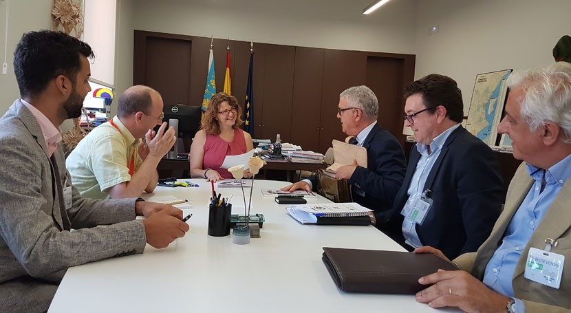 Gobierno valenciano analiza problemática gestión residuos ropa y calzado