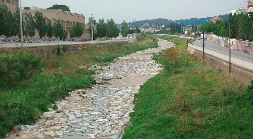 Retirados 200 bidones abandonados cerca torrente que transcurre Rubí
