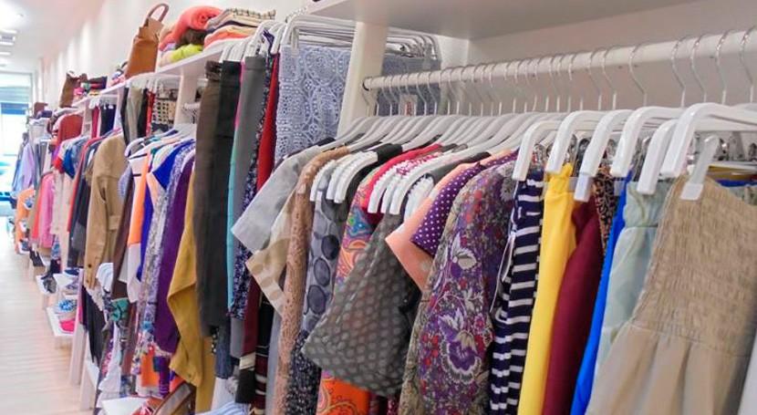 Sogama colabora Cáritas divulgación campaña recogida ropa usada